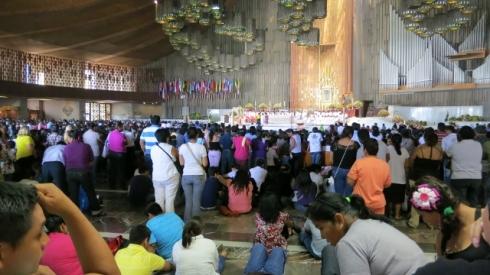 Asistir a una misa con gente comiendo y sentada en el suelo